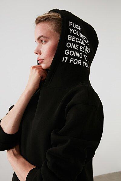 Siyah Kapüşonlu Baskılı Örme Sweatshirt TWOAW21SW0040