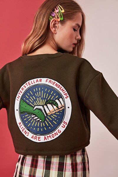 Haki Sırtı Baskılı Crop Örme Sweatshirt TWOAW21SW0021