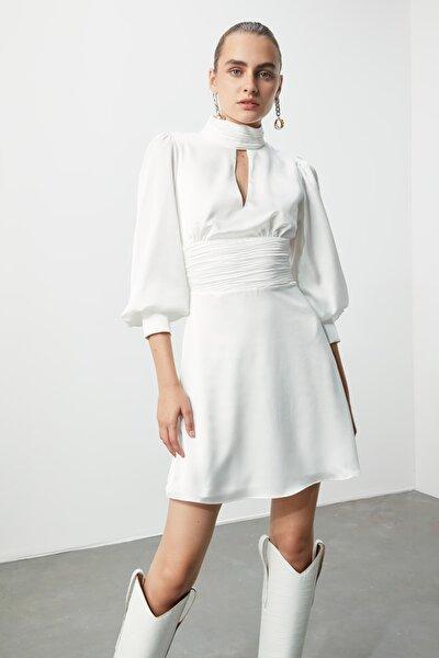 Ekru Drape Detaylı Saten Elbise TPRSS20EL1149