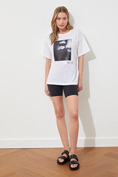 Beyaz Varak ve Pano Baskılı Boyfriend Kalıp Örme T-shirt TWOSS19YN0055