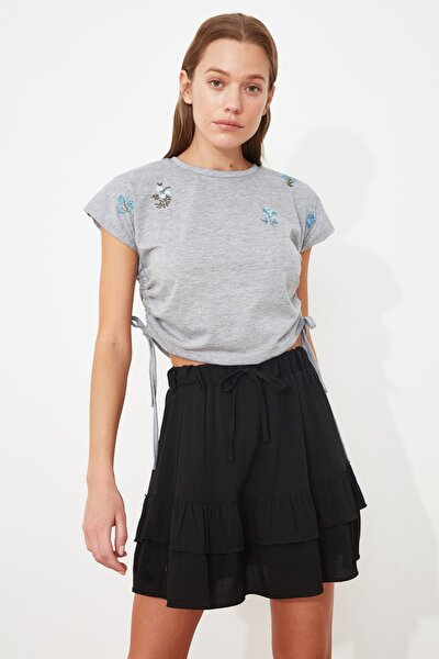 Gri Büzgülü Nakışlı Crop Örme T-Shirt TWOSS21TS1938