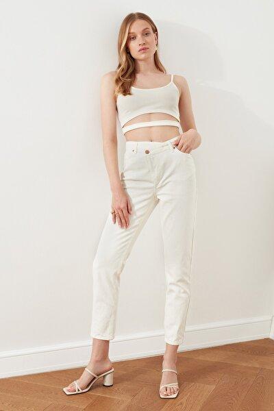 Beyaz Asimetrik Kapamalı Yüksek Bel Mom Jeans TWOSS21JE0541