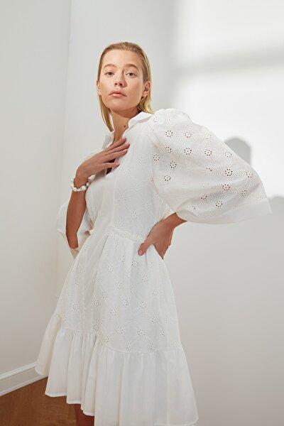 Beyaz Bel Büzgülü Brode Elbise TWOSS21EL3680
