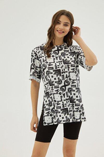 Kadın Beyaz Siyah Desenli Yırtmaçlı Oversize Kısa Kollu Tişört P21s201-2121
