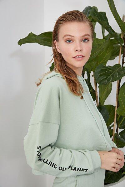 Mint Baskılı ve Kapüşonlu %100 Organik Pamuk Crop Örme Sweatshirt TWOAW21SW0727