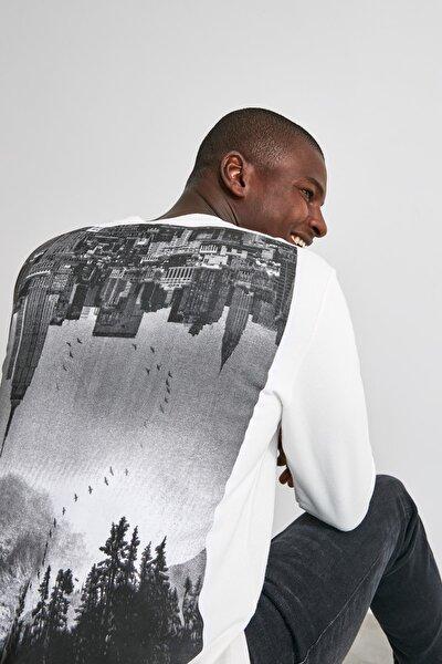 Ekru Erkek Sırt Baskılı Bisiklet Yaka Regular Sweatshirt TMNAW21SW0522