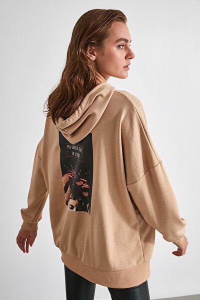 Camel Sırtı Baskılı Uzun Oversize Örme Sweatshirt TWOAW21SW0007