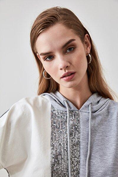 Gri Payet Detaylı Kapüşonlu Crop Örme Sweatshirt TWOAW21SW0555