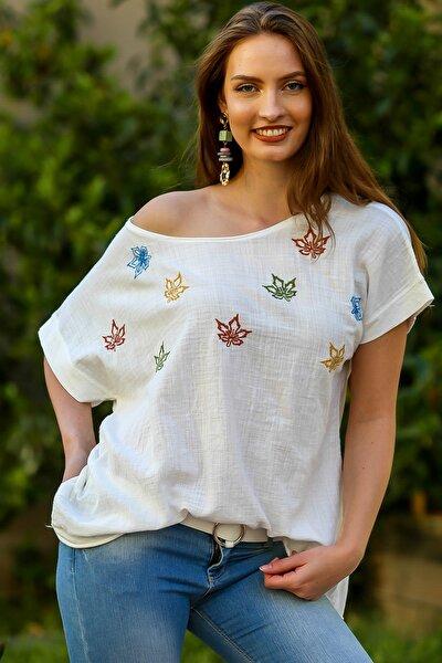 Kadın Beyaz Kayık Yaka Çınar Yaprakları Nakışlı Pul Detaylı Oversize Dokuma Bluz M10010200BL95355