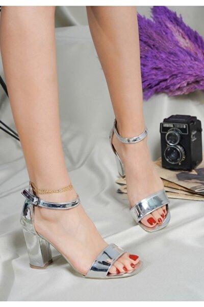 Kadın Gümüş Rugan Tek Bant Kalın Topuklu Bilekten Rahat Lame Sandalet Parlak Ayakkabı