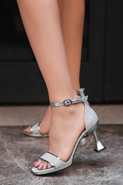 Kadın Gümüş Sim Topuklu Bantlı Ayakkabı