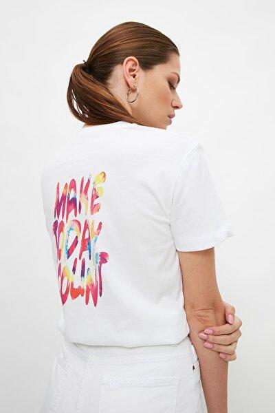 Beyaz Semi-Fitted Sırt Baskılı Örme T-Shirt TWOSS21TS3194