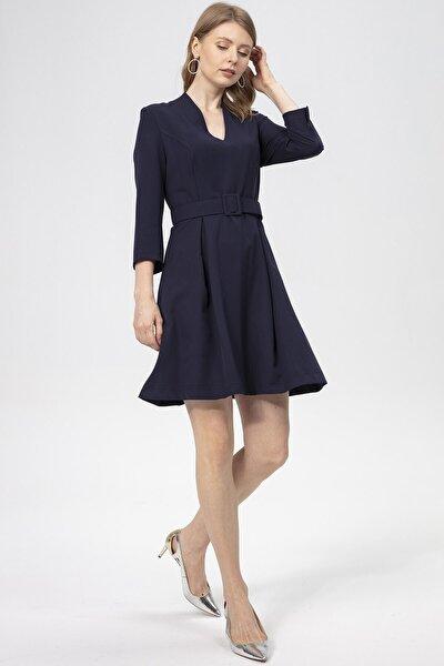 Elbise-ön V Görünümlü Dik Yaka, Bel Üstü Kemer Detaylı, Etek Çift Pile