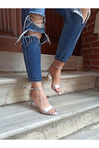 Gümüş Saten Ince Topuk 8 Cm Tek Bant Kadın Ayakkabı