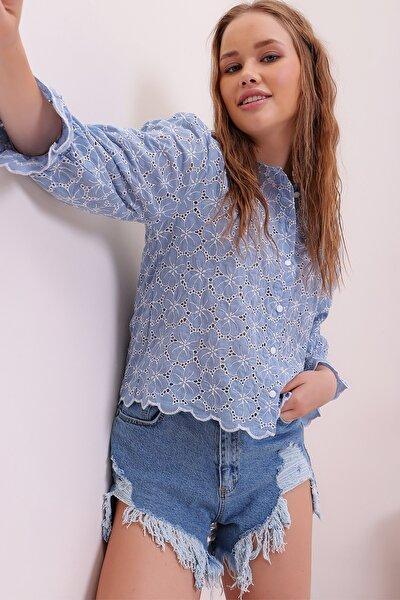 Kadın Mavi Önü Düğmeli Nakış İşlemeli Güpür Bluz ALC-X6735