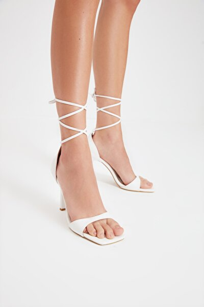 Kadın Beyaz Küt Burunlu Klasik Topuklu Ayakkabı TAKSS21TO0040