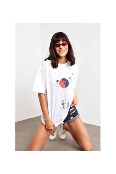 Kadın Beyaz Satürn Baskılı Tişört