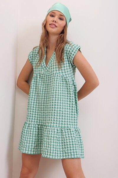 Kadın Yeşil V Yaka Etek Ucu Volanlı Pöti Kare Desenli Elbise ALC-X6584