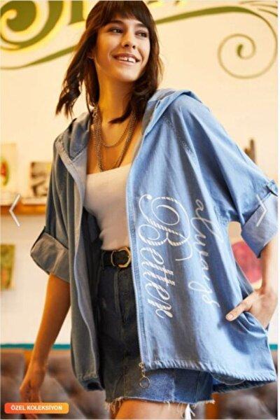 Kadın Mavi Kabartma Baskılı Ince Kapüşonlu Salaş Arkası Uzun Ceket