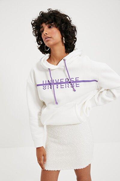 Beyaz Baskılı Kapüşonlu Oversize Örme Sweatshirt TWOAW21SW0036