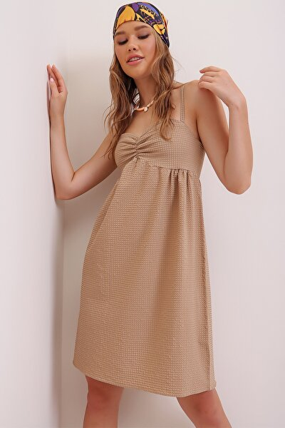 Kadın Bej İp Askılı Dekolteli Kendinden Dokulu Gofre Elbise ALC-X6935