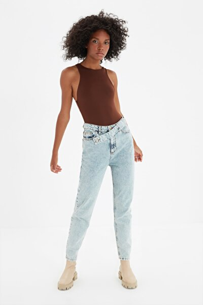 Mavi Asimetrik Kapamalı Yüksek Bel Mom Jeans TWOAW21JE0119