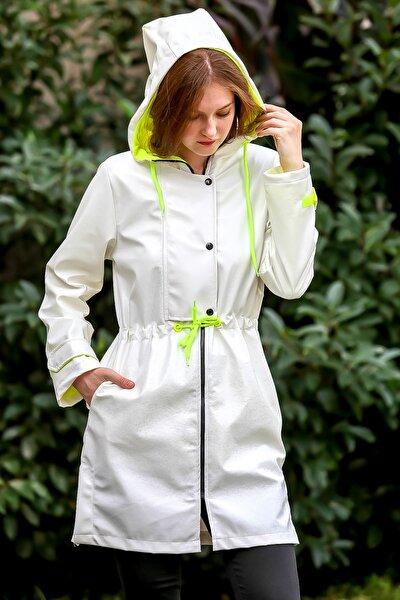 Kadın Beyaz Vintage Çatlak Dokulu Kapüşonlu Neon Astarlı Beli Büzgülü Kaban M10210200KA99861