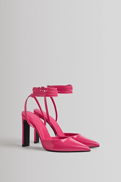 Arkası Açık Ve Bilekten Bantlı Parlak Topuklu Ayakkabı