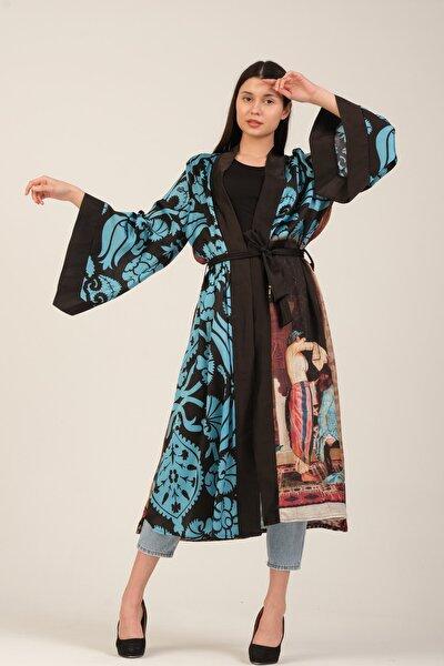 Kimono Saçlarını Taratan Kız