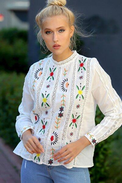 Kadın Ekru Küstüm Çiçeği Nakışlı Ara Dantelli Sırtı Düğmeli Dokuma Bluz M10010200BL94849