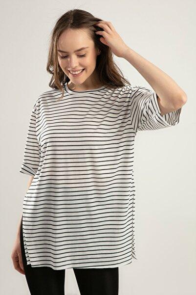 Kadın Beyaz Siyah Çizgili Duble Kol Yırtmaçlı Tişört Y20S110-0392