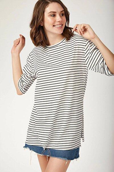 Kadın Beyaz Çizgili Yanı Yırtmaçlı T-Shirt