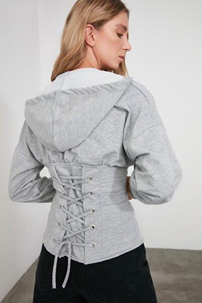 Gri Bağlama Detaylı Kapüşonlu Örme Sweatshirt TWOSS20SW0131