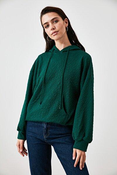 Yeşil Kapüşonlu ve Kanguru Cepli Örme Sweatshirt TWOAW21SW1929