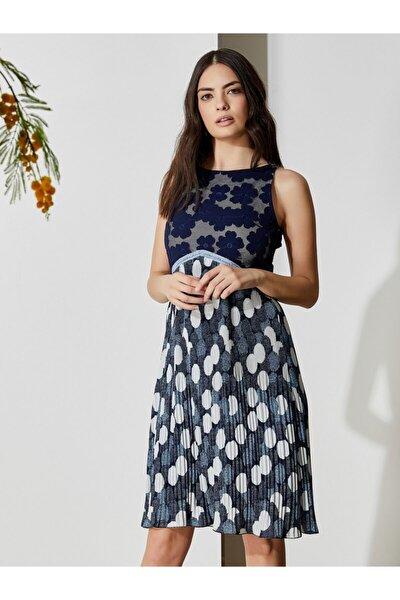 Kadın Mavi Beyaz Kolsuz Dantel Detaylı Pliseli Elbise