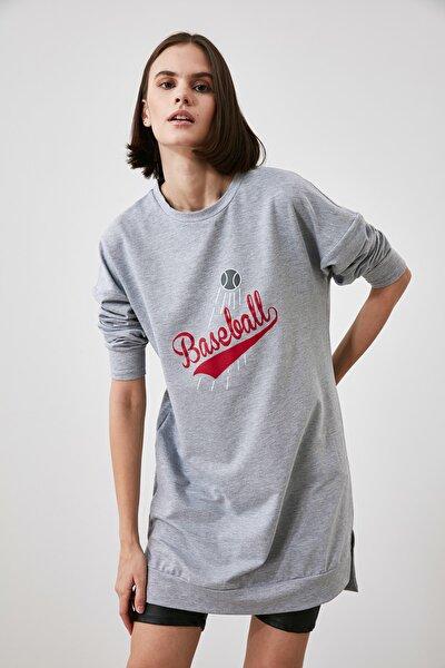 Gri Baskılı Uzun Oversize Örme Sweatshirt TWOAW21SW1920