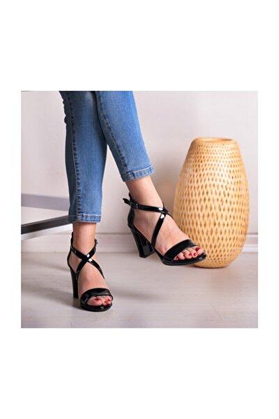 Siyah Rugan Kadın Sandalet