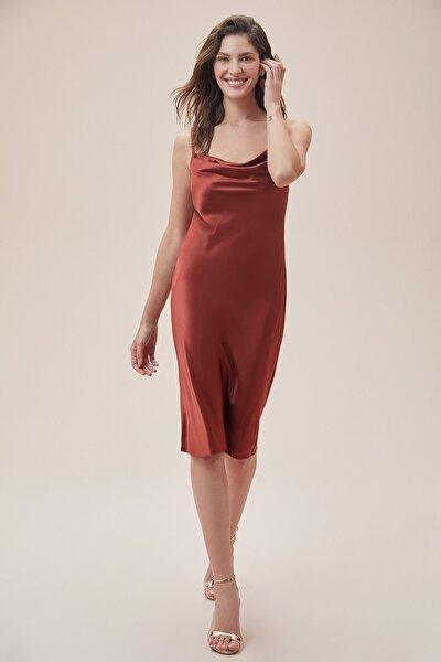 Kadın Tarçın Rengi İnce Askılı Midi Boy Saten Elbise DS270106
