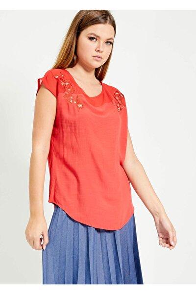 Kadın Kırmızı Omuz Işlemeli Kolsuz Bluz