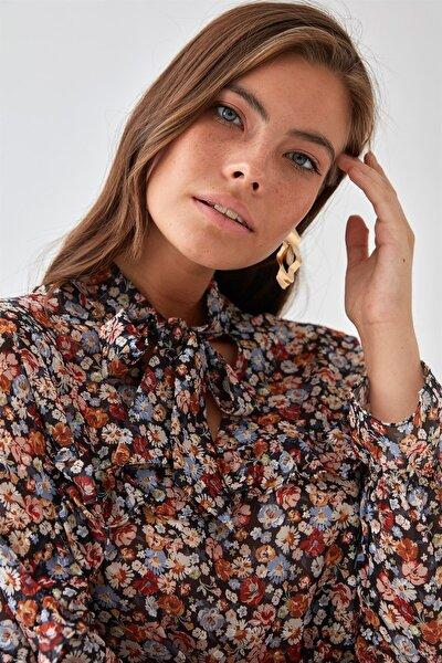Kadın Siyah Çiçek Desenli Şifon Bluz K21BL045