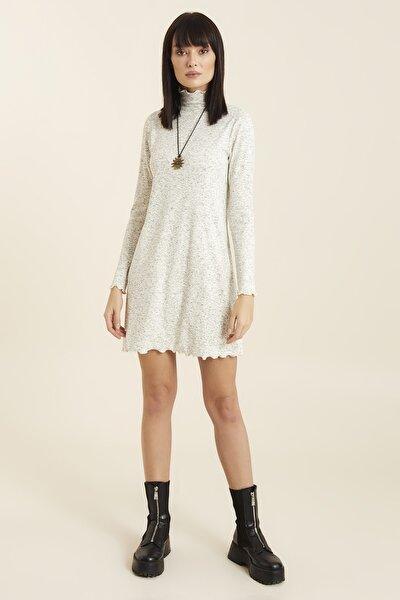 Boğazlı Overlok Detaylı Nopeli Kumaştan Örme Elbise