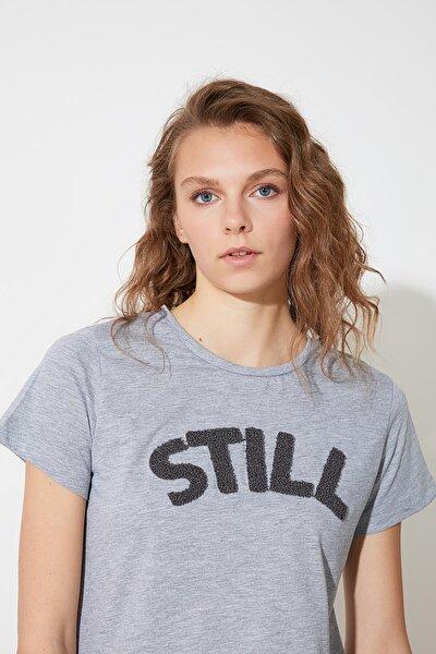 Gri Nakışlı Basic Örme T-Shirt TWOSS21TS1328