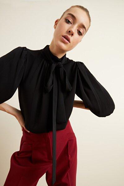 Kadın Siyah Yakası Büzgülü Fularlı Bluz