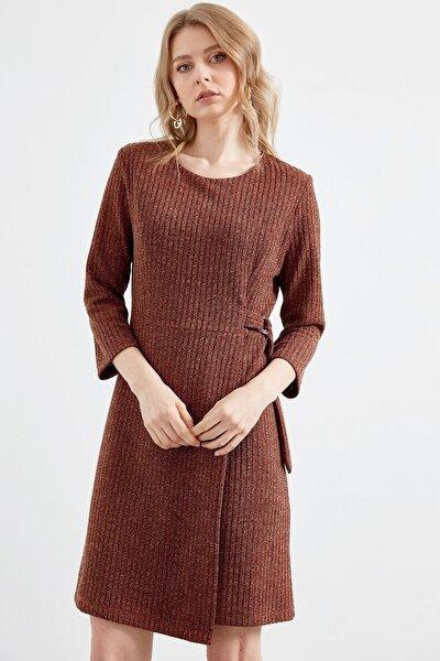Kadın Kahverengi Sıfır Yaka Sahte Anveloplu Truvakar Kol Elbise