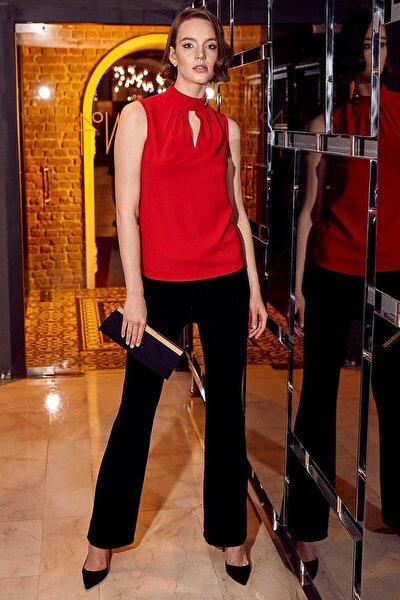Kadın Kırmızı Pile Detaylı Dik Yaka Yaka Üstü Gold Aksesuarlı Ön V Damla Kolsuz Bluz 19KBLZ485