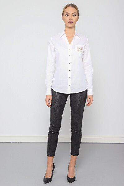 Kadın Beyaz Polo Yaka V Görünümlü Cep Nakış Detaylı Gömlek