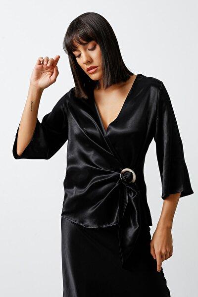 Anvelop Kesim Tokalı Saten Dokulu Viskon Bluz - Siyah