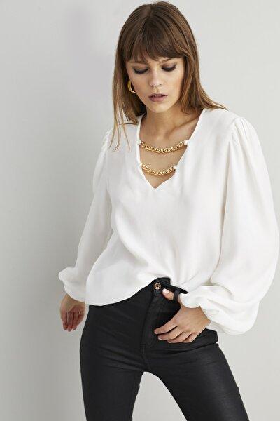 Kadın Beyaz Zincir Aksesuarlı Dokuma Bluz BK1069