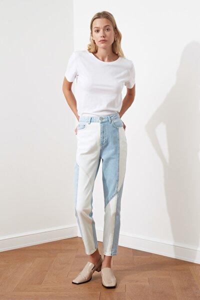 Açık Mavi Beyaz Renk Bloklu Dikiş Detaylı Yüksek Bel Mom Jeans TWOSS21JE0104