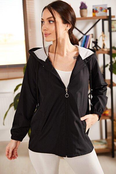 Kadın Siyah Kapişonlu Önü Fermuarlı Cepli Astarli Yağmurluk ARM-21K083005